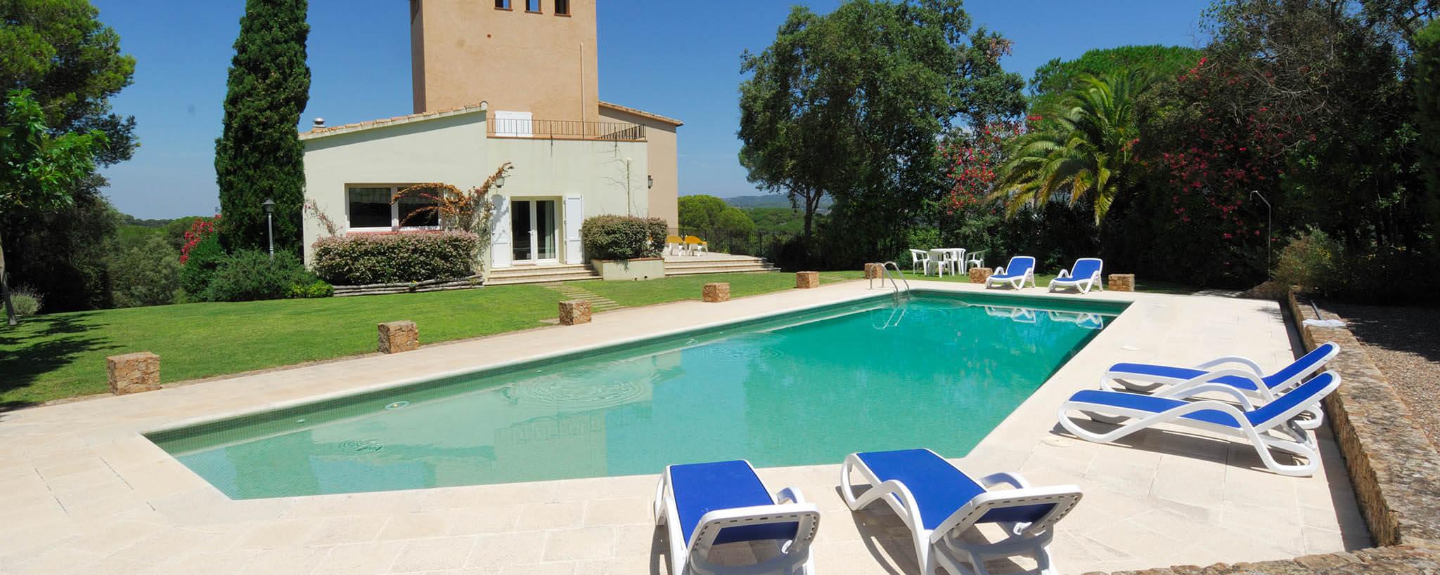 Grande maison individuelle minimaliste avec 2 tages avec for Piscine minimaliste