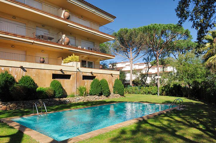 Adorable appartement pratique rez de chauss e avec jardin priv et piscine communautaire calella for Construction piscine 972