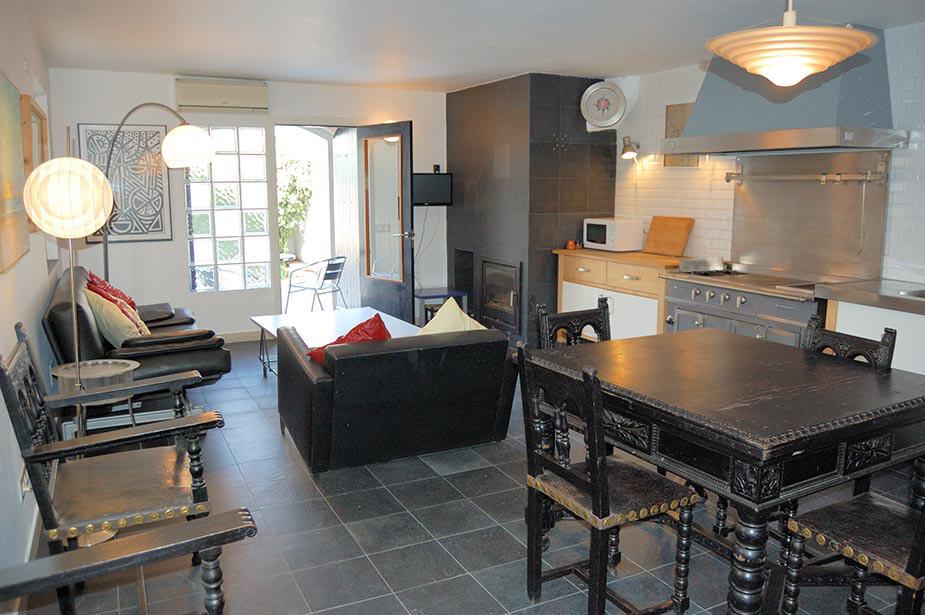 sch ner wohnung rustikaler erdgeschoss zu tamariu. Black Bedroom Furniture Sets. Home Design Ideas