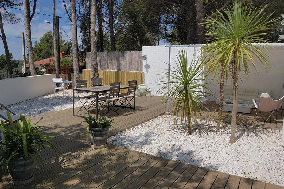 belle maison rez de chauss e avec jardin priv et piscine. Black Bedroom Furniture Sets. Home Design Ideas