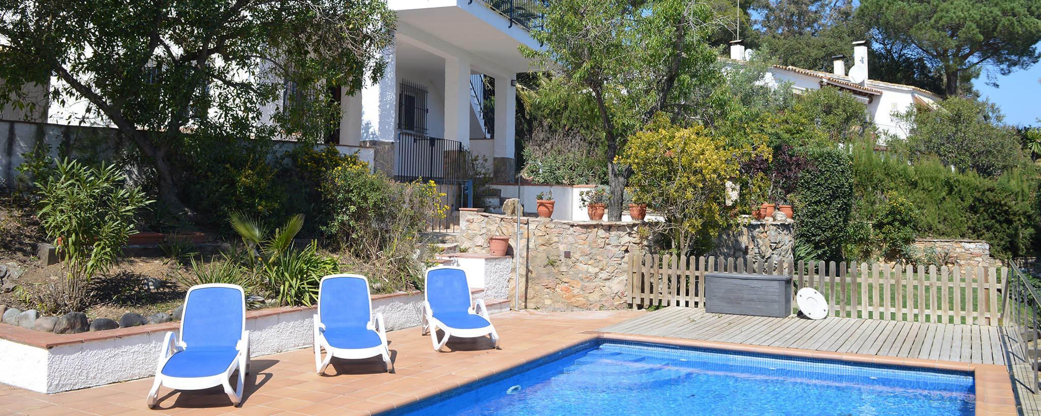 Pintoresca casa individual con jard n y piscina privada en for Casa de campo con piscina privada