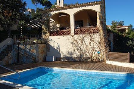 Confortable chalet avec jardin et piscine priv e pals for Construction piscine 972