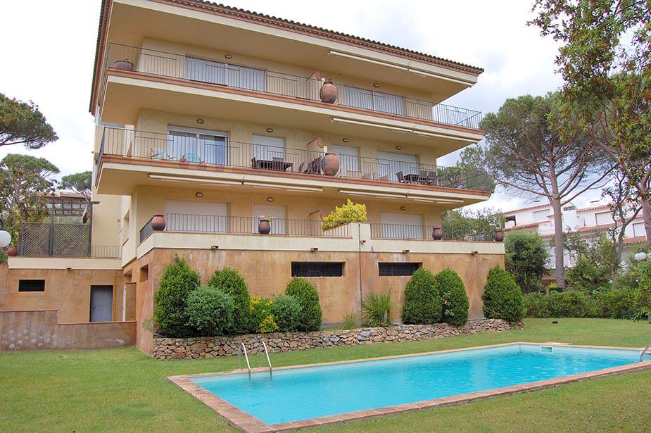 Appartement avec piscine communautaire au calella for Construction piscine 972