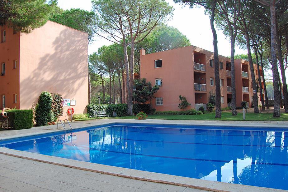 Agr able appartement avec piscine communautaire pals for Construction piscine 972