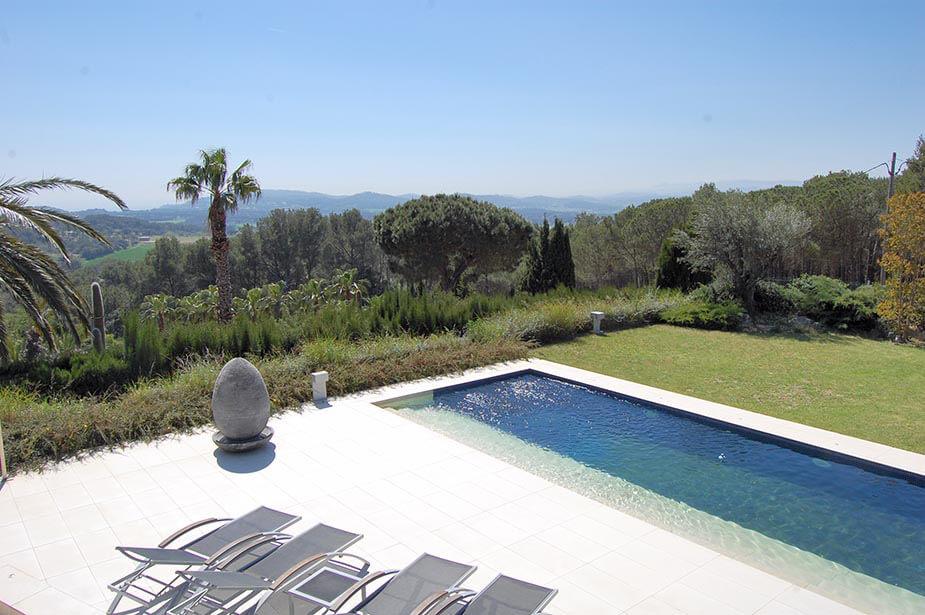 Chalet de design rez de chauss e avec jardin et piscine priv e au begur for Construction piscine 972