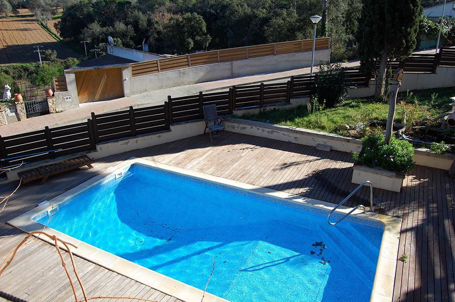 Confortable chalet avec jardin et piscine priv e au pals for Construction piscine 972